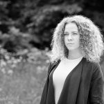 Zwart-wit foto van vrouw in de natuur