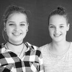 Twee vrolijke zussen in de studio, portretfoto voor de familie
