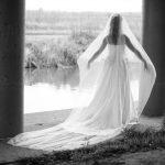 Bruid met sluier in tegenlicht